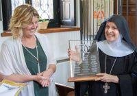 Engarda Giordani insieme a Madre maria Grazia Girolimetto per il Laboratorio di Restauro dell'Isola di San Giulio